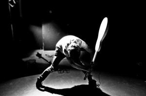 rock-homme-qui-casse-sa-guitare